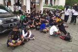 Polisi tangkap lima peserta aksi tolak PPKM bawa bom molotov