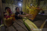 Masyarakat dayak Meratus menyiapkan sajian saat aruh (ritual) Bawanang (pesta panen padi) di Balai Adat Dusun Bayawana, Kabupaten Hulu Sungai Tengah, Kalimantan Selatan, Rabu (21/7/2021) dini hari. Masyarakat dayak di kaki Pegunungan Meratus melakukan tradisi tahunan Aruh Bawanang yang bertujuan untuk bersyukur dari hasil panen padi yang melimpah pada tahun ini dan mempertahankan tradisi adat budaya dayak meratus serta penyampaian doa dan harapan. Foto Antaranews Kalsel/Bayu Pratama S.