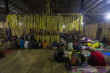 Masyarakat dayak Meratus mengikuti aruh (ritual) Bawanang (pesta panen padi) di Balai Adat Dusun Bayawana, Kabupaten Hulu Sungai Tengah, Kalimantan Selatan, Rabu (21/7/2021) dini hari. Masyarakat dayak di kaki Pegunungan Meratus melakukan tradisi tahunan Aruh Bawanang yang bertujuan untuk bersyukur dari hasil panen padi yang melimpah pada tahun ini dan mempertahankan tradisi adat budaya dayak meratus serta penyampaian doa dan harapan. Foto Antaranews Kalsel/Bayu Pratama S.