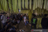 Masyarakat dayak Meratus melakukan tari Bekanjar yang menandai di mulainya aruh (ritual) Bawanang (pesta panen padi) di Balai Adat Dusun Bayawana, Kabupaten Hulu Sungai Tengah, Kalimantan Selatan, Rabu (21/7/2021) dini hari. Masyarakat dayak di kaki Pegunungan Meratus melakukan tradisi tahunan Aruh Bawanang yang bertujuan untuk bersyukur dari hasil panen padi yang melimpah pada tahun ini dan mempertahankan tradisi adat budaya dayak meratus serta penyampaian doa dan harapan. Foto Antaranews Kalsel/Bayu Pratama S.