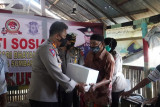 Polda Sumbar bantu masyarakat pesisir pantai di Padang hadapi pandemi COVID-19