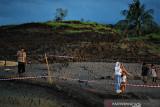 Warga berselfie di lokasi terjadinya tanah bergerak di di Desa Sawang, Kabupaten Tapin, Kalimantan Selatan, Rabu (21/7/2021). Peristiwa terjadinya tanah bergerak ramai di kunjungi warga untuk melihat langsung dan berfoto di lokasi tanah bergerak tersebut  Foto Antaranews Kalsel/M Fauzi Fadillah/Bay.