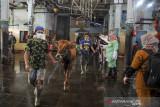 Petugas membawa hewan kurban yang akan disembelih di Rumah Potong Hewan (RPH) Ciroyom, Bandung, Jawa Barat, Rabu (21/7/2021). Pemerintah Kota Bandung menghimbau warga maupun institusi untuk melakukan pemotongan hewan kurban di RPH pada H+1 Hari Raya Idul Adha guna menghindari kerumunan serta meminimalisir penyebaran COVID-19. ANTARA FOTO/Raisan Al Farisi/agr
