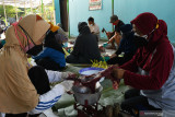 Warga mencincang daging saat penyembelihan hewan kurban di Kota Madiun, Jawa Timur, Selasa (20/7/2021). Sejumlah takmir masjid di daerah tersebut tetap menggelar shalat Idul Adha dilanjutkan penyembelihan hewan kurban pada masa Pemberlakuan Pembatasan Kegiatan Masyarakat (PPKM) Darurat namun dengan menerapkan protokol kesehatan pencegahan penularan COVID-19. Antara Jatim/Siswowidodo