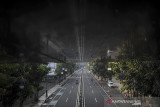 Suasana Jalan Merdeka yang lengang di Kota Bandung, Jawa Barat, Rabu (21/7/2021). Menindaklanjuti arahan Presiden Joko Widodo, Pemerintah Kota Bandung kembali memperpanjang PPKM hingga 25 Juli mendatang dengan melonggarkan beberapa kebijakan guna mencegah penyebaran COVID-19. ANTARA FOTO/Raisan Al Farisi/agr