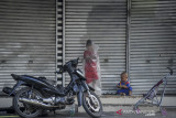 Sejumlah anak bermain di halaman pertokoan yang tutup di Jalan Merdeka, Bandung, Jawa Barat, Rabu (21/7/2021). Menindaklanjuti arahan Presiden Joko Widodo, Pemerintah Kota Bandung kembali memperpanjang PPKM hingga 25 Juli mendatang dengan melonggarkan beberapa kebijakan guna mencegah penyebaran COVID-19. ANTARA FOTO/Raisan Al Farisi/agr