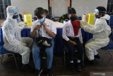 Petugas kesehatan melakukan vaksinasi COVID-19 kepada pelajar saat Serbuan Vaksinasi COVID-19 di GOR Bola Basket AAL Bumimoro, Surabaya, Jawa Timur, Rabu (21/7/2021). Komando Pembinaan Doktrin Pendidikan dan Latihan TNI Angkatan Laut (Kodiklatal) melaksanakan vaksinasi COVID-19 yang diperuntukkan untuk anak usia 12 tahun sampai dengan 17 tahun guna mewujudkan kekebalan komunal atau 'herd immunity' menuju Indonesia sehat. Antara Jatim/Didik Suhartono/zk