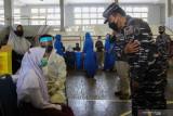 Komandan Komando Pembinaan Doktrin Pendidikan dan Latihan TNI Angkatan Laut (Dankodiklatal) Laksamana Madya TNI Nurhidayat (kedua kanan) meninjau pelaksanaan Serbuan Vaksinasi COVID-19 di GOR Bola Basket AAL Bumimoro, Surabaya, Jawa Timur, Rabu (21/7/2021). Komando Pembinaan Doktrin Pendidikan dan Latihan TNI Angkatan Laut (Kodiklatal) melaksanakan vaksinasi COVID-19 yang diperuntukkan untuk anak usia 12 tahun sampai dengan 17 tahun guna mewujudkan kekebalan komunal atau 'herd immunity' menuju Indonesia sehat. Antara Jatim/Didik Suhartono/zk
