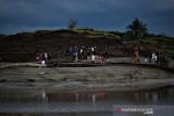 Sejumlah warga berada di lokasi terjadinya tanah bergerak di di Desa Sawang, Kabupaten Tapin, Kalimantan Selatan, Rabu (21/7/2021). Peristiwa terjadinya tanah bergerak ramai di kunjungi warga untuk melihat langsung dan berfoto di lokasi tanah bergerak tersebut  Foto Antaranews Kalsel/M Fauzi Fadillah/Bay.