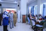 Ketua Pembina Yayasan Pendidikan dan Pembina Universitas Pancasila Dr. (HC). Ir. Siswono Yudo Husodo (tengah) ketika meninjau vaksinasi di Universitas Pancasila.