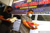 Warga membawa sumbangan bahan makanan untuk dimasak dan dibagikan secara gratis kepada pasien COVID-19 yang menjalani isolasi mandiri di Dapur Umum Gadang, Malang, Jawa Timur, Kamis (22/7/2021). Dapur umum tingkat desa tersebut setiap harinya menyuplai sedikitnya 174 kotak makanan yang bahan-bahannya diperoleh dari sumbangan warga setempat. Antara Jatim/Ari Bowo Sucipto/zk