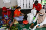 Relawan memasak makanan untuk dibagikan secara gratis kepada pasien COVID-19 yang menjalani isolasi mandiri di Dapur Umum Gadang, Malang, Jawa Timur, Kamis (22/7/2021). Dapur umum tingkat desa tersebut setiap harinya menyuplai sedikitnya 174 kotak makanan yang bahan-bahannya diperoleh dari sumbangan warga setempat. Antara Jatim/Ari Bowo Sucipto/zk