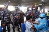 Kepala Staf Angkatan Laut (KASAL) Laksamana TNI Yudo Margono (kiri) Komandan Puspenerbal Laksamana Muda TNI Edwin (kedua kiri) bersama jajaran meninjau vaksinasi COVID-19 di Terminal 2 Bandara Internasional Juanda di Sidoarjo, Jawa Timur, Kamis (22/7/2021). Sebanyak 1500 warga mengikuti serbuan vaksin maritim secara massal yang diadakan Rumah sakit Angkatan Laut (Rumkital) Dr. Suekantyo Jahja Lanudal Pusat Penerbangan Angkatan Laut (Puspenerbal) Juanda tersebut dalam rangka membantu pemerintah mencegah penyebaran COVID1-19. Antara Jatim/Umarul Faruq/zk
