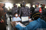 Kepala Staf Angkatan Laut (KASAL) Laksamana TNI Yudo Margono (ketiga kiri) Komandan Puspenerbal Laksamana Muda TNI Edwin (kedua kiri) bersama jajaran meninjau vaksinasi COVID-19 di Terminal 2 Bandara Internasional Juanda di Sidoarjo, Jawa Timur, Kamis (22/7/2021). Sebanyak 1500 warga mengikuti serbuan vaksin maritim secara massal yang diadakan Rumah sakit Angkatan Laut (Rumkital) Dr. Suekantyo Jahja Lanudal Pusat Penerbangan Angkatan Laut (Puspenerbal) Juanda tersebut dalam rangka membantu pemerintah mencegah penyebaran COVID1-19.  Antara Jatim/Umarul Faruq/zk