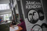 Warga melakukan konsultasi dengan tenaga kesehatan usai menjalani vaksinasi COVID-19 di Puskesmas Jajaway, Bandung, Jawa Barat, Kamis (22/7/2021). Sebanyak 80 Puskesmas di Kota Bandung memberikan layanan vaksinasi bagi warga setempat sebagai salah satu langkah percepatan program vaksinasi nasional. ANTARA FOTO/Raisan Al Farisi/agr