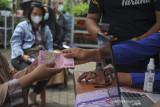 Warga menerima bantuan sosial tunai di Jajaway, Antapani Kidul, Bandung, Jawa Barat, Kamis (22/7/2021). Gubernur Jawa Barat, Ridwan Kamil mengatakan, bantuan sosial dari pemerintah pusat bagi warga terdampak PPKM di Jawa Barat mengalami peningkatan dari sekitar 40 persen menjadi 64 persen dari total penduduk Jawa Barat. ANTARA FOTO/Raisan Al Farisi/agr