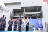 Kepala Staf Angkatan Laut (KASAL) Laksamana TNI Yudo Margono (kdeua kanan) secara simbolis menyerahkan bantuan tabung oksigen kepada Gubernur Jawa Timur Khofifah Indar Parawansa (kanan) di KRI dr. Soeharso-990 di Koarmada II, Surabaya, Jawa Timur, Kamis (22/7/2021). TNI AL mengsiagakan KRI dr Soeharso-990 sebagai depo isi ulang oksigen gratis bagi masyarakat yang membutuhkan. Antara Jatim/Umarul Faruq/zk