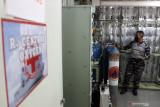 Petugas melakukan pengisian tabung oksigen di KRI dr. Soeharso-990 di  Koarmada II, Surabaya, Jawa Timur, Kamis (22/7/2021). TNI AL mengsiagakan KRI dr Soeharso-990 sebagai depo isi ulang oksigen gratis bagi masyarakat yang membutuhkan. Antara Jatim/Umarul Faruq/zk