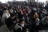 Warga mengantre untuk mengikuti vaksinasi COVID-19 di Terminal 2 Bandara Internasional Juanda di Sidoarjo, Jawa Timur, Kamis (22/7/2021). Sebanyak 1500 warga mengikuti serbuan vaksin maritim secara massal yang diadakan Rumah sakit Angkatan Laut (Rumkital) Dr. Suekantyo Jahja Lanudal Pusat Penerbangan Angkatan Laut (Puspenerbal) Juanda tersebut dalam rangka membantu pemerintah mencegah penyebaran COVID1-19. Antara Jatim/Umarul Faruq/zk