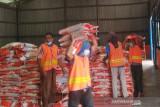 Beras PPKM. Pekerja memikul beras bantuan sosial yang akan disalurkan kepada masyarakat yang terdampak PPKM di Gudang Bulog di Aceh Besar, Kamis (22/7/2021). Bulog menyalurkan 4.261 ton beras bantuan PPKM kepada 426.174 keluarga penerima manfaat di Provinsi Aceh. ANTARA/M Haris SA