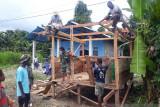 Babinsa Koramil Mapurujaya bantu warga binaan bangun Poskamling