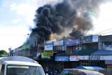 KEBAKARAN TOKO PEDAGANG DI PASAR LAMBARO. Sejumlah warga menyaksikan bagunan toko pedagang terbakar di Pasar Lambaro, Kabupaten Aceh Besar, Aceh, Jumat (23/7/2021). Kebakaran tiga toko pedagang itu berawal dari kobaran api pada bagian belakang bangunan, tidak ada korban jiwa dalam musibah tersebut karena pemilik toko tidak berada di tempat dan api berhasil dipadamkan setelah lima unit mobil kebakaran dikerahkan ke lokasi kejadian. ANTARA FOTO/Ampelsa.