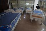 Petugas menata tempat tidur pasien di Rumah Sakit Darurat GOR Indoor Gelora Bung Tomo (GBT), Surabaya, Jawa Timur, Jumat (23/7/2021). Pemkot Surabaya mengubah GOR Indoor Gelora Bung Tomo (GBT) menjadi rumah sakit darurat untuk pasien COVID-19 dengan daya tampung 225 tempat tidur pasien. Antara Jatim/Didik Suhartono/zk