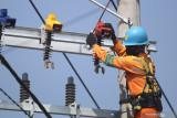 Pekerja Perusahaan Listrik Negara (PLN) melakukan perawatan pada jaringan listrik dalam keadaan masih bertegangan di Desa Ngasem, Kediri, Jawa Timur, Jumat (23/7/2021). Pemerintah mengalokasikan anggaran perpanjangan stimulus progam ketenagalistrikan saat Pemberlakuan Pembatasan Kegiatan Masyarakat (PPKM) pada triwulan III dan IV 2021 sekitar Rp4,97 triliun dengan rincian triwulan III sekitar Rp2,43 triliun untuk 26,82 juta pelanggan dan triwulan IV sekitar Rp2,54 triliun untuk 27,12 juta pelanggan. Antara Jatim/Prasetia Fauzani/zk