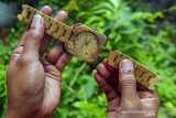 Perajin menyelesaikan pembuatan kerajinan jam tangan berbahan bambu di workshop BamCraft, Desa Bantarsari, Pebayuran, Kabupaten Bekasi, Jawa Barat, Jumat (23/7/2021). Berdasarkan data Bank Indonesia, pertumbuhan kredit UMKM pada triwulan II per juni 2021 sebesar 2,35 persen dengan pertumbuhan kredit total di angka 0,59 persen. ANTARA FOTO/M Ibnu Chazar/agr