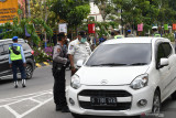 Petugas gabungan menghentikan pengendara mobil berplat nomor luar daerah saat melakukan razia di Kota Madiun, Jawa Timur, Kamis (22/7/2021). Petugas mencatat identitas pengemudi, menanyakan keperluannya masuk wilayah Kota Madiun dan memberikan teguran bagi yang melanggar protokol kesehatan guna mengendalikan penyebaran COVID-19. Antara Jatim/Siswowidodo/zk