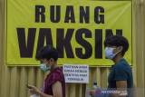 Dua anak berusia 12-17 tahun mengantre untuk vaksinasi massal COVID-19 di Kampus Itenas, Bandung, Jawa Barat, Jumat (23/7/2021). Sedikitnya 12 ribu anak usia rentang 12-17 tahun menerima suntikkan dosis pertama vaksin COVID-19 dari kegiatan vaksinasi massal yang digelar oleh Kodam III Siliwangi dan Kampus Itenas selama lima hari dengan target 30 ribu peserta guna percepatan terbentuknya kekebalan kelompok di Indonesia. ANTARA FOTO/Novrian Arbi/agr