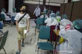 Seorang anak berjalan untuk vaksinasi massal COVID-19 di Kampus Itenas, Bandung, Jawa Barat, Jumat (23/7/2021). Sedikitnya 12 ribu anak usia rentang 12-17 tahun menerima suntikkan dosis pertama vaksin COVID-19 dari kegiatan vaksinasi massal yang digelar oleh Kodam III Siliwangi dan Kampus Itenas selama lima hari dengan target 30 ribu peserta guna percepatan terbentuknya kekebalan kelompok di Indonesia. ANTARA FOTO/Novrian Arbi/agr