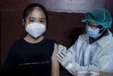 Petugas tenaga kesehatan menyuntikkan vaksin COVID-19 kepada seorang anak saat vaksinasi massal COVID-19 di Kampus Itenas, Bandung, Jawa Barat, Jumat (23/7/2021). Sedikitnya 12 ribu anak usia rentang 12-17 tahun menerima suntikkan dosis pertama vaksin COVID-19 dari kegiatan vaksinasi massal yang digelar oleh Kodam III Siliwangi dan Kampus Itenas selama lima hari dengan target 30 ribu peserta guna percepatan terbentuknya kekebalan kelompok di Indonesia. ANTARA FOTO/Novrian Arbi/agr