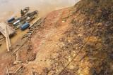 Seorang nelayan bersiap menepi di bibir Sungai Batanghari yang tergerus abrasi di Sungai Duren, Muarojambi, Jambi, Kamis (22/7/2021). Warga setempat mengatakan, dalam 18 tahun terakhir abrasi terus menggerus puluhan meter tanah di sepanjang bibir sungai daerah itu dan berharap pemerintah bisa secepatnya mencarikan solusi. ANTARA FOTO/Wahdi Septiawan/hp.