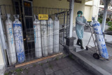 Petugas kesehatan membawa tabung oksigen untuk dibawa ke ruang Instalasi Gawat Darurat (IGD) di RSUD Wangaya, Denpasar, Bali, Jumat (23/7/2021). Ketersediaan oksigen di rumah sakit tersebut saat ini berjumlah 3.838 meter kubik untuk dua hingga tiga hari ke depan sehingga penggunaan oksigen itu dilakukan secara selektif khusus bagi pasien emergensi. ANTARA FOTO/Nyoman Hendra Wibowo/nym.