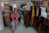 Warga Negara Asing (WNA) mengamati pakaian yang dijual di Pasar Badung, Denpasar, Bali, Jumat (23/7/2021). Sebanyak 1.684 pedagang sektor non esensial di 16 pasar se-Denpasar yang ditutup pada Pemberlakuan Pembatasan Kegiatan Masyarakat (PPKM) Darurat tersebut kembali diizinkan berjualan saat pelaksanaan PPKM level 3 dengan mengatur jam tutup untuk semua pasar maksimal pukul 21.00 WITA. ANTARA FOTO/Nyoman Hendra Wibowo/nym.