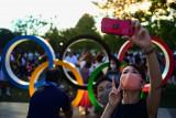 Ratusan orang berkumpul di luar stadion  menjelang pembukaan Olimpiade