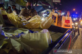 Anggota Kepolisian mengambil sejumlah paket bantuan sosial sembako untuk dibagikan kepada warga di Bandung, Jawa Barat, Jumat  (23/7/2021) malam. Sedikitnya 500 paket bansos sembako diberikan oleh aparat gabungan TNI-Polri kepada warga, pemulung, pedagang kaki lima dan pengemudi ojek daring sebagai bentuk kepedulian terhadap masyarakat yang terdampak masa PPKM pandemi COVID-19 khususnya sektor perekomian. ANTARA FOTO/Novrian Arbi/agr