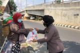 Polda Lampung bagikan paket sembako bagi masyarakat terdampak PPKM