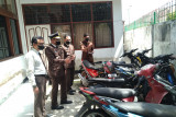Tak kunjung di jemput, belasan sepeda motor berbulan-bulan  terparkir di Kejari Payakumbuh