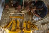 Perajin menyelesaikan pembuatan kerajinan perahu layar berbahan bambu di workshop Aliebambuart, Desa Randumulya, Pedes, Karawang, Jawa Barat, Sabtu (24/7/2021). Kementerian Koperasi dan UMKM menargetkan penyaluran Banpres Produktif Usaha Mikro (BPUM) tahap dua dapat tersalur kepada 1,5 juta pelaku usaha mikro hingga akhir Juli 2021 senilai Rp1,2 juta dengan total anggaran BPUM 2021 sebesar Rp11,76 triliun untuk 9,8 juta pelaku usaha mikro. ANTARA FOTO/M Ibnu Chazar/agr