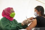 Petugas kesehatan menyuntikkan vaksin COVID-19 kepada seorang warga saat vaksinasi massal di Stadion Singaperbangsa, Karawang, Jawa Barat, Sabtu (24/7/2021). Vaksinasi massal yang digelar BPBD Jawa Barat dan Pemerintah Kabupaten Karawang tersebut menyiapkan sedikitnya dua ribu dosis per hari dengan total persediaan 56 ribu dosis vaksin COVID-19 untuk masyarakat guna mencegah lonjakan kasus COVID-19. ANTARA FOTO/M Ibnu Chazar/agr