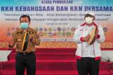 Gubernur Jambi Al Haris (kiri) dan Rektor Universitas Jambi Sutrisno (kanan) menabuh gendang saat membuka secara resmi KKN Kebangsaan dan KKN Bersama perguruan tinggi negeri di Balairung Universitas Jambi, Muarojambi, Jambi, Sabtu (24/7/2021). Program tahunan Kemenristekdikti dengan Majelis Rektor Perguruan Tinggi Negeri Indonesia (MRPTNI) yang mewajibkan pesertanya negatif COVID-19 melalui tes PCR itu diikuti ratusan mahasiswa dari 46 perguruan tinggi se-Indonesia dengan tema