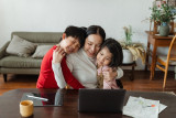 Tips untuk orang tua bagi waktu main dengan anak saat WFH