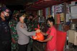 Bagikan Bansos ke warga, Polda Sulut bersama TNI gelar Patroli Skala Besar