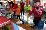 Sejumlah perempuan memasak di Dapur Umum Kampung Tangguh Semeru di Kelurahan Pandean, Kota Madiun, Jawa Timur, Sabtu (24/7/2021). Dapur umum tersebut menyediakan makanan dan minuman guna mencukupi kebutuhan warga terpapar COVID-19 dengan gejala ringan di wilayah itu yang menjalani isolasi mandiri di rumah masing-masing. Antara Jatim/Siswowidodo/zk