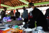 Wali Kota Madiun Maidi (kanan) meninjau Dapur Umum Kampung Tangguh Semeru di Kelurahan Pandean, Kota Madiun, Jawa Timur, Sabtu (24/7/2021). Dapur umum tersebut menyediakan makanan dan minuman guna mencukupi kebutuhan warga  terpapar COVID-19 dengan gejalan ringan di wilayah itu yang menjalani isolasi mandiri di rumah masing-masing. Antara Jatim/Siswowidodo/zk