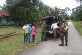 Aparat TNI bantu jemput warga Biak untuk divaksin COVID-19