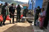 TNI dan tiga perusahaan salurkan paket sembako bagi warga pesisir di Konawe
