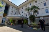 Petugas BPBD dan Satpol PP Kota Denpasar berjaga di area tempat isolasi terpusat OTG-GR COVID-19 di Denpasar, Bali, Minggu (25/7/2021). Pemerintah Kota Denpasar menyediakan empat tempat isolasi terpusat bagi pasien pasien COVID-19 orang tanpa gejala-gejala ringan (OTG-GR) yakni menggunakan tiga hotel dan Balai Pelatihan Kesehatan Masyarakat (Bapelkesmas) Provinsi Bali dengan jumlah 252 kamar dan 504 tempat tidur serta per tanggal 25 Juli 2021 pasien COVID-19 OTG-GR yang dirawat berjumlah 324 orang. ANTARA FOTO/Nyoman Hendra Wibowo/nym.